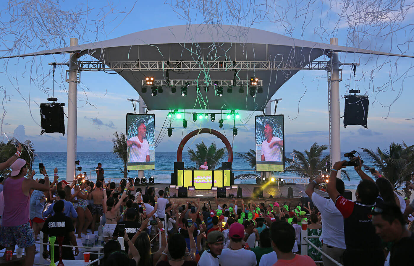 Musical Presentation At Oasis Beach Club In Hotel Grand Cancun