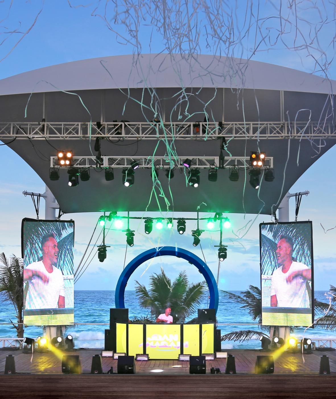 Evento de entretenimiento en playa de hotel Oh! Cancun On The Beach