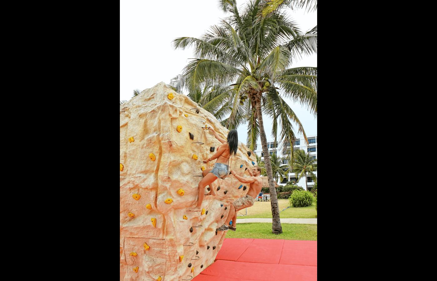 Pareja escalando en pared en Hotel The Pyramid at Grand Cancun