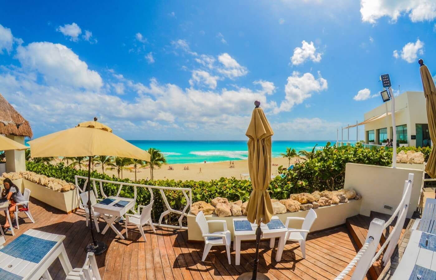 Terraza de restaurante con vista al mar en hotel The Pyramid at Grand Oasis