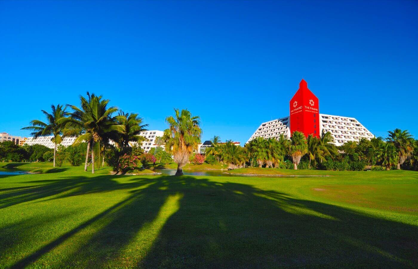 Campo de golf con fachada de hotel The Pyramid at Grand Oasis