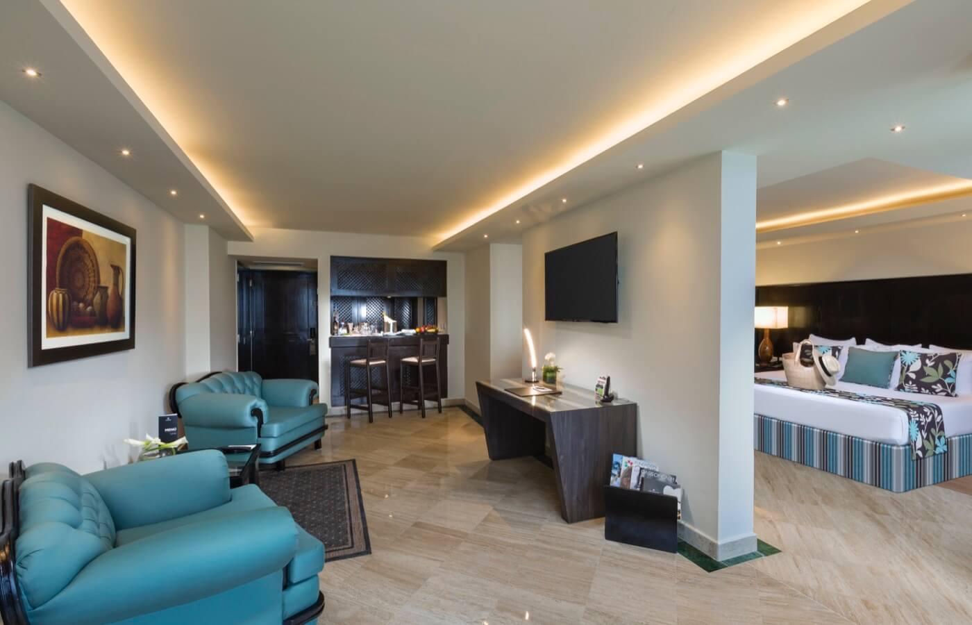 Sala en Master Suite con sillones y mini bar en hotel The Pyramid at Grand Oasis
