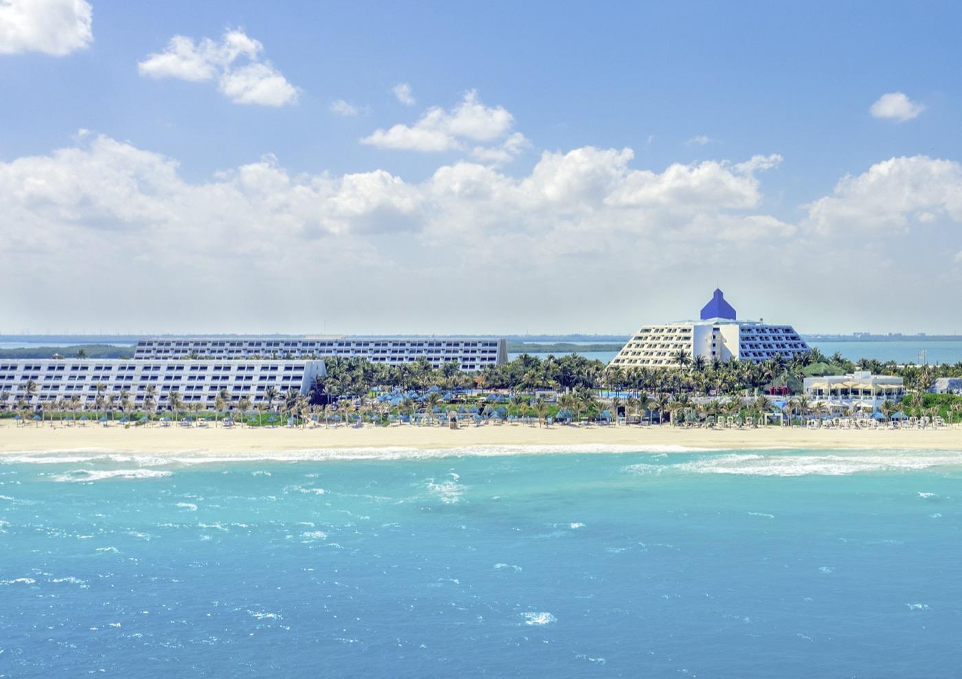 Vista de la playa frente al Hotel The Pyramid at Grand Oasis