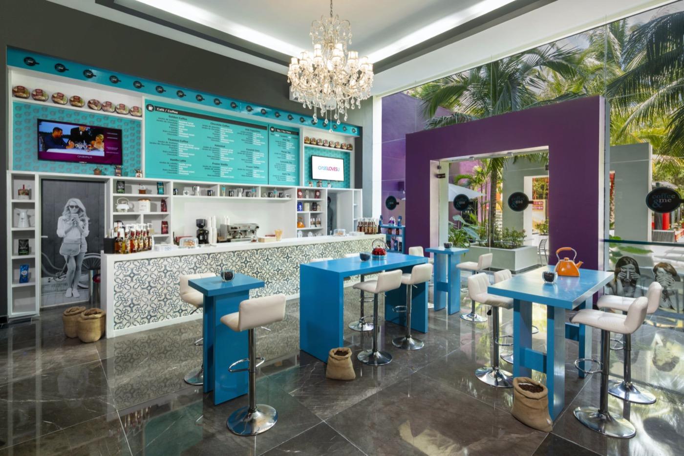 Pareja en primer plano comiendo y sonriendo en restaurante de hotel Grand Oasis Palm