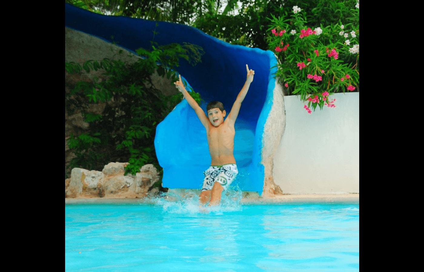 Niños jugando con la arena en área de KiddoZone en Hotel Grand Oasis Palm