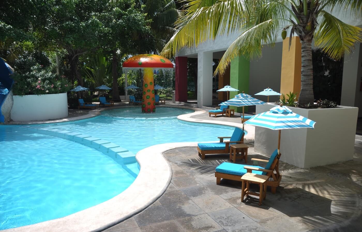 Área de juegos en KiddoZone con consolas y sillones puff en Hotel Grand Oasis Palm