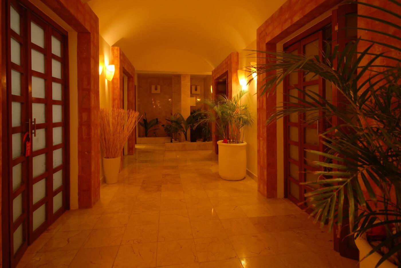 Jacuzzi ambientado con velas relajantes en Hotel Grand Oasis Palm