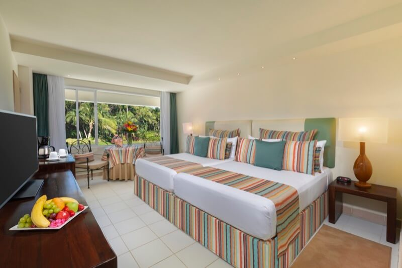 Family Suite con dos camas dobles y hermosa vista en hotel Grand Oasis Palm