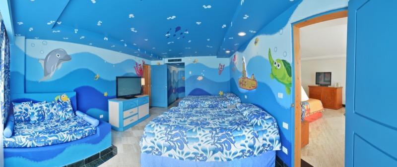 Family Suite con dos camas Dobles y decorado temático submarino infantil para niños y familia en hotel Grand Oasis Palm