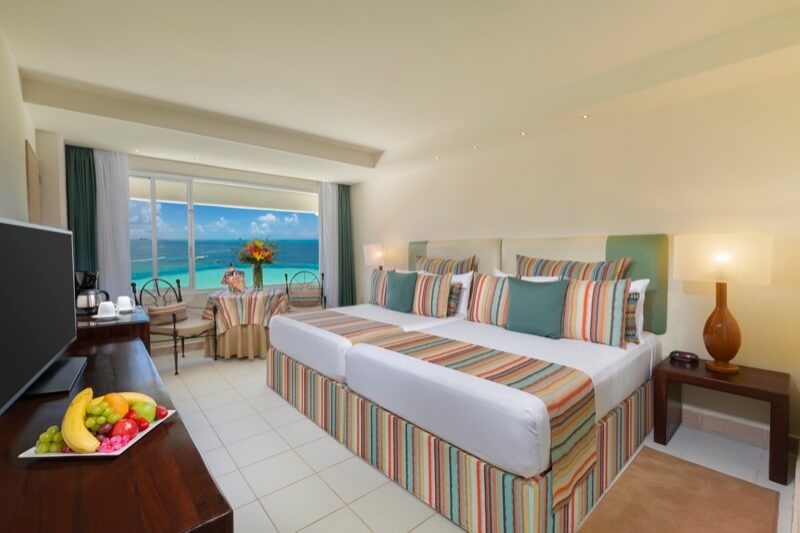 Habitación Ocean View con cama King Size y hermosa vista en hotel Grand Oasis Palm