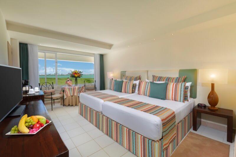 Habitación Sunset View con cama King Size y hermosa vista en hotel Grand Oasis Palm