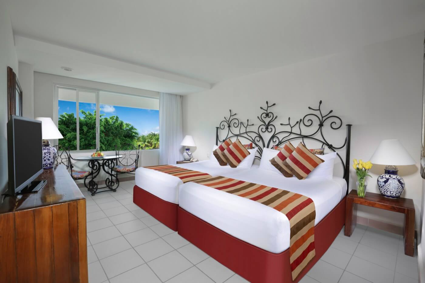 Habitación Vista a la Laguna con cama King Size y hermosa vista en hotel Oasis Palm