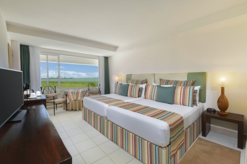 Family Suite con cama King Size y hermosa vista en hotel Oasis Palm