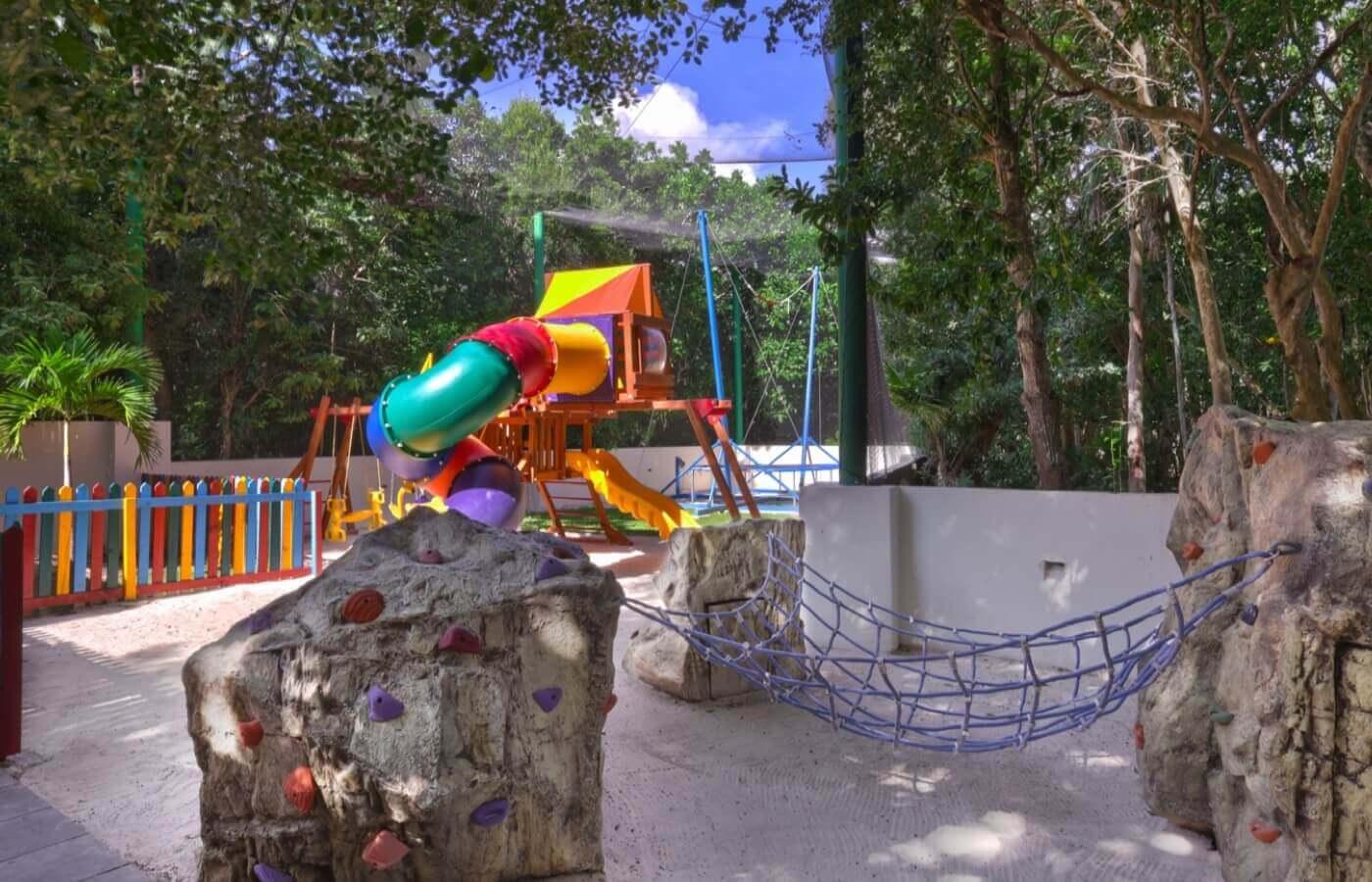 Área de albercas de KiddoZone en Hotel Grand Oasis Tulum