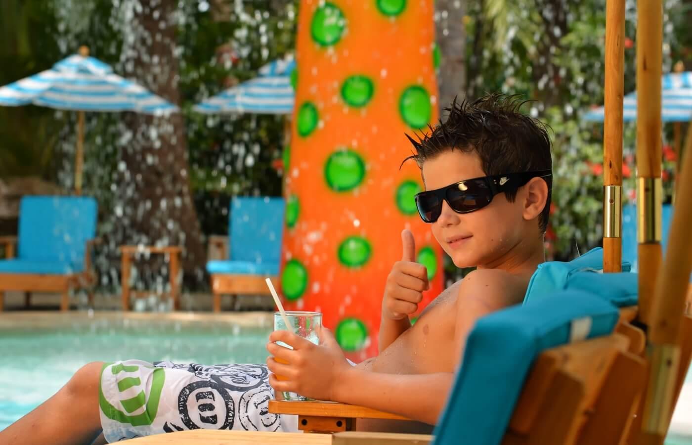 Área de recreación con juguetes y sillones puff de KiddoZone en Hotel Oasis Tulum Lite