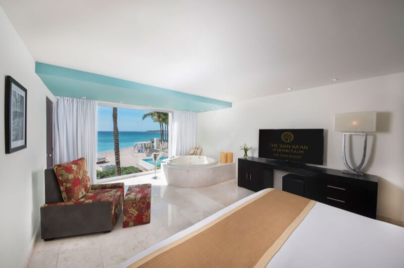 Habitación Sian Ka'an con terraza y vista al oceano, cama King Size, televisión y jacuzzi con hermosa vista en hotel The Sian Ka'an at Grand Tulum