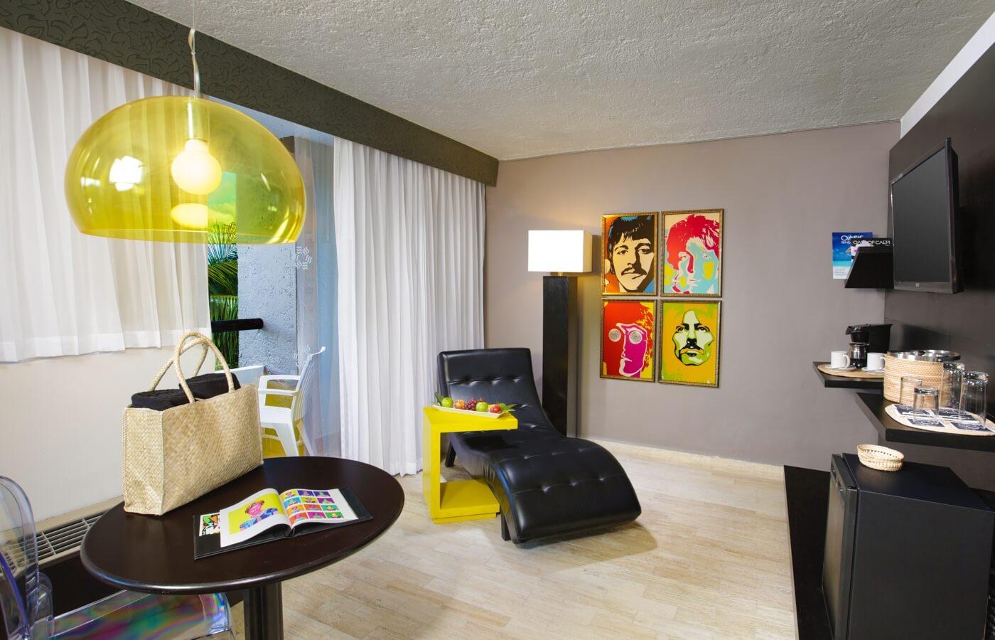 Decoración pop y sillones en habitación de hotel Oh! Cancun The Urban Oasis