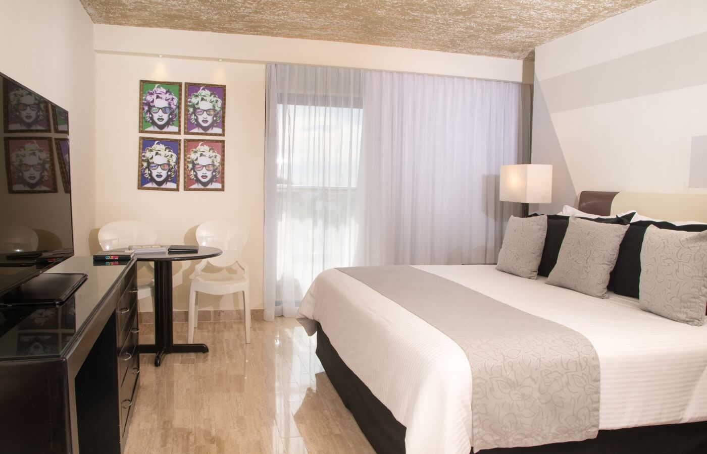 Room with King Size bed and pop decoration in hotel Oh! Cancun The Urban Oasis
