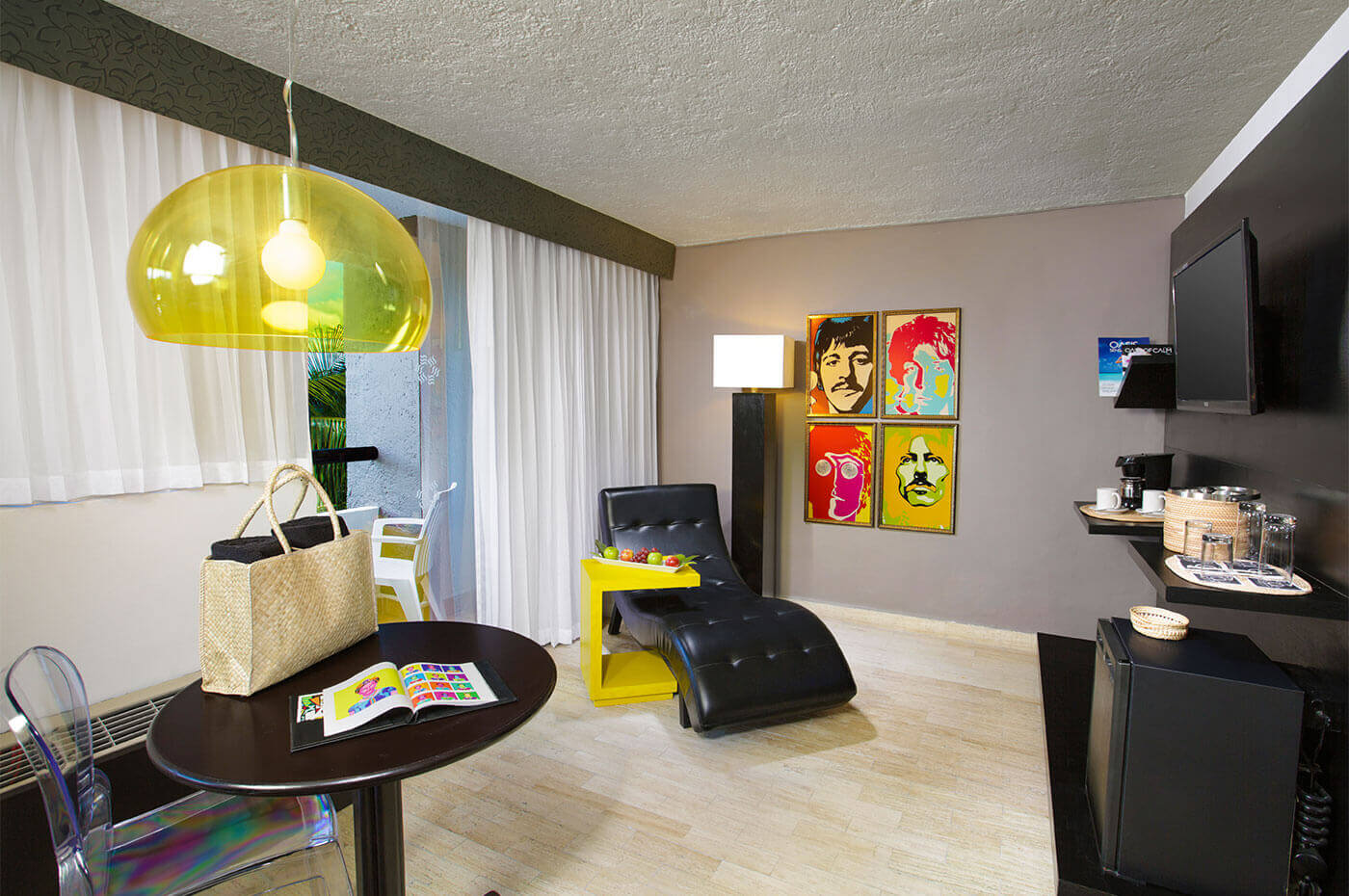 Lounge room in Junior room decorated with pop pictures and balcony hotel Oh! The Urban Oasis
