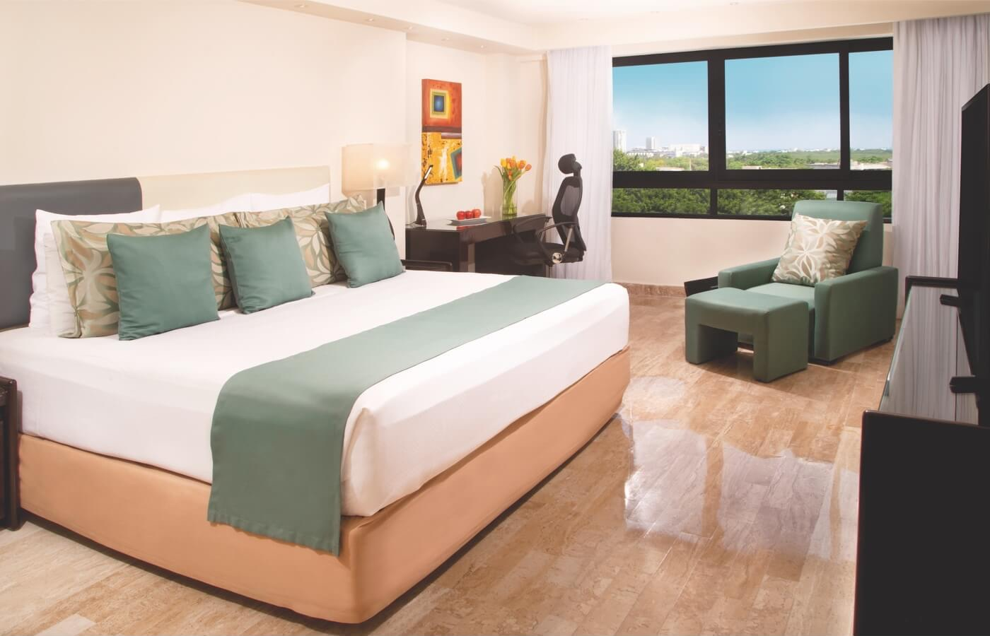 Room with King Size bed and window with beautiful view in Smart Cancun by Oasis Hotel