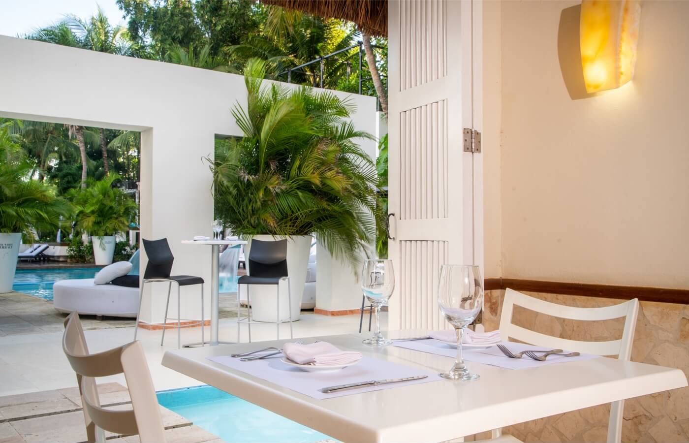 Vista interior de restaurante Dos Lunas con vista a la alberca en Smart Cancun by Oasis