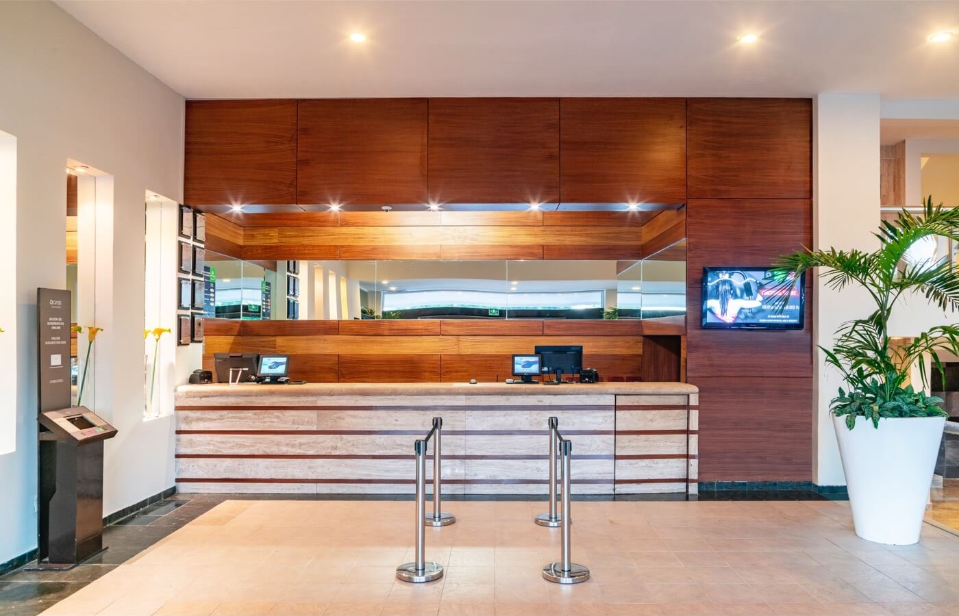 Smart Hotel Reception Cancun by Oasis