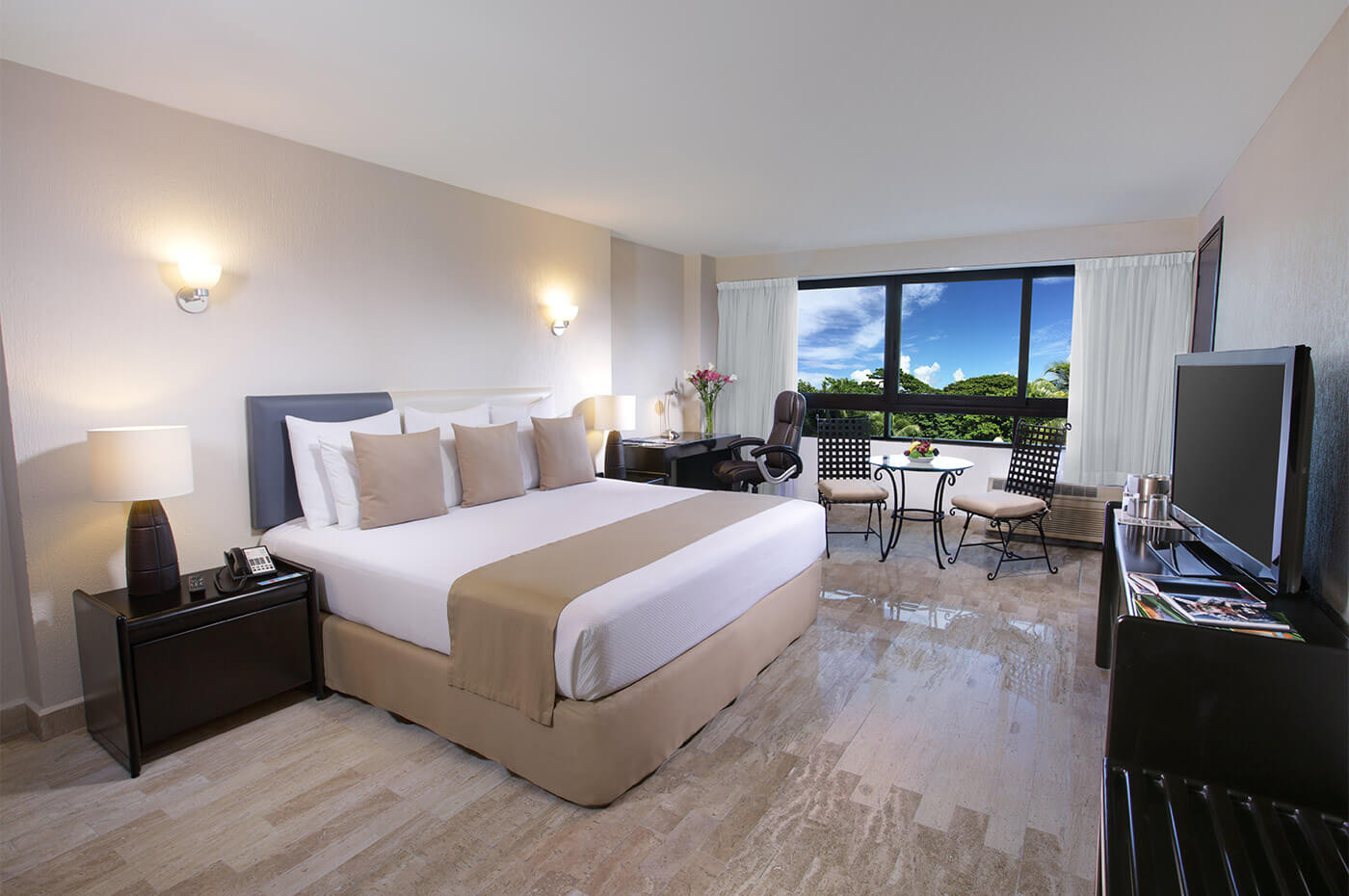 Executive Room with King Size bed and window with beautiful view in Smart Cancun by Oasis Hotel