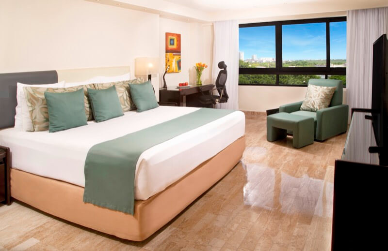 Superior Room with King Size bed and window with beautiful view in Smart Cancun by Oasis Hotel